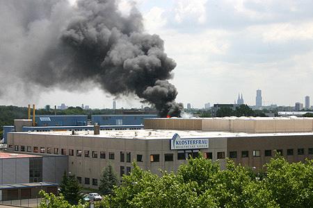 Flammen schlagen sichtbar empor beim Feuer in Köln-Ossendorf