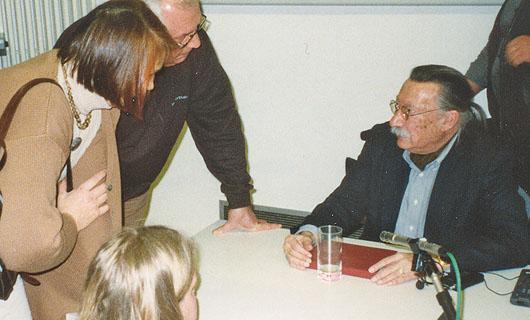 Wo immer Joseph Weizenbaum auftrat war ihm große Aufmerksamkeit sicher. Hier nach einer Gastvorlesung an der Universität Oldenburg im Februar 1998.