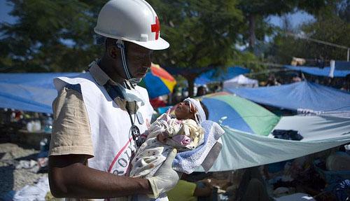 Jean Zacharie versorgt Deborah Fatima, 1 Monat. Ihre Mutter starb bei dem Beben in Haiti am 12. Januar 2010. Foto: (cc) American Red Cross/Talia Frenkel