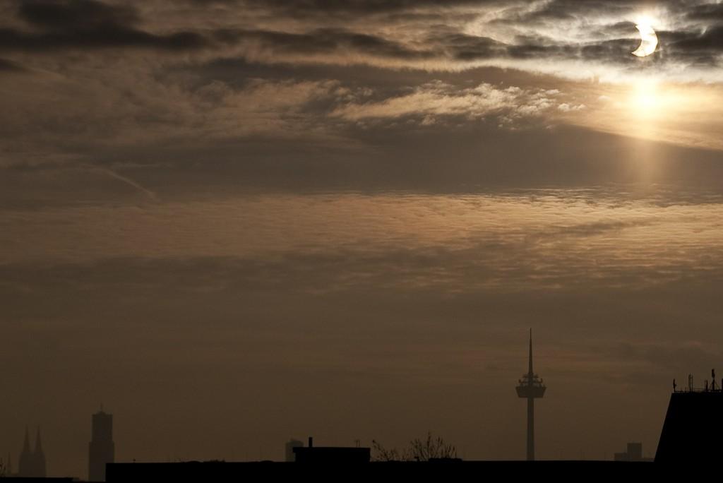 Eine Wolkenlücke macht's möglich: Partielle Sonnenfinsternis über Köln. Aufgenommen um 9.56 Uhr mit einem 70mm Objektiv bei 1/8000 Sekunde und Blende f/8.