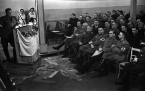 """Wer erkennt jemanden? Traf sich hier ein kleiner """"NSDAP-Ortsverein"""" oder sind hier bekannte Nazigrößen zu sehen?"""