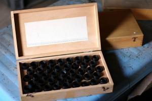 Vier Kisten mit bis zu 40 Filmrollen je Kiste. Hier gibt es eine Menge zu entdecken.
