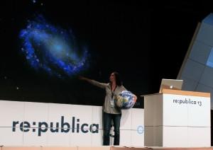 """Die Menschen für Astronomie begeistern: Dr. Carolina-Ödman Govender bei ihrem Vortrag """"Crowdsourced Astronomy"""""""