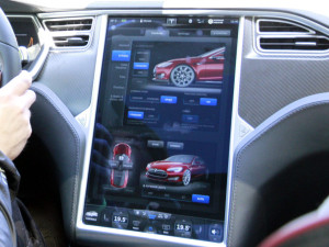 """Die """"Schaltzentrale"""" des Tesla ist der große Touchscreen in der Mittelkonsole. Es wirkt, als hätte man um ein Tablet ein Auto gebaut."""