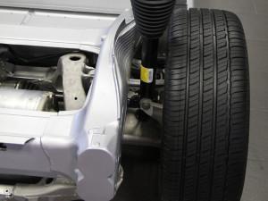 Angetrieben wird der Tesla am Heck durch einen dort verbauten vierpoligen Dreiphasenwechselstrom-Induktionsmotor mit Kupferläufer. Fehlen nur noch die Trägheitsdämpfer.
