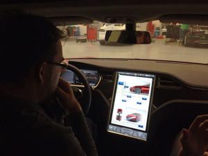 Scotty, wo ist hier der Knopf für den Warpantrieb? Der Tesla wird über den Touchscreen bedient. Einstellung für Fahrwerkshöhe und Lenkung inklusive.