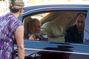 Buzz Aldrin wird im Maybach vorgefahren. Seine Managerin Christina Korp holt ihn ab.
