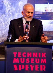 Buzz Aldrin appellierte eindringlich: Die junge Generation muss weiter die Kernthemen wie Naturwissenschaften, Technologie, Ingenieurswissenschaft, Kunst und Mathe studieren.