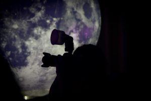 Buzz Aldrin während seiner Rede im Technikmuseum Speyer immer im Fokus der Fotografen. Foto: Autor